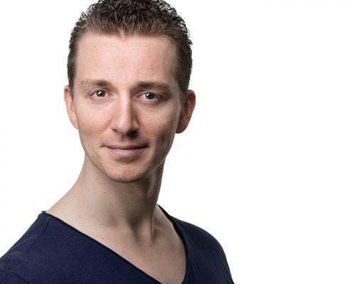 Was ist ein professionelles Bewerbungsfoto Headshot Portrait? Hier ein Bewerbungsbild Sedcardfoto eines Mannes vor hellem Hintergrund