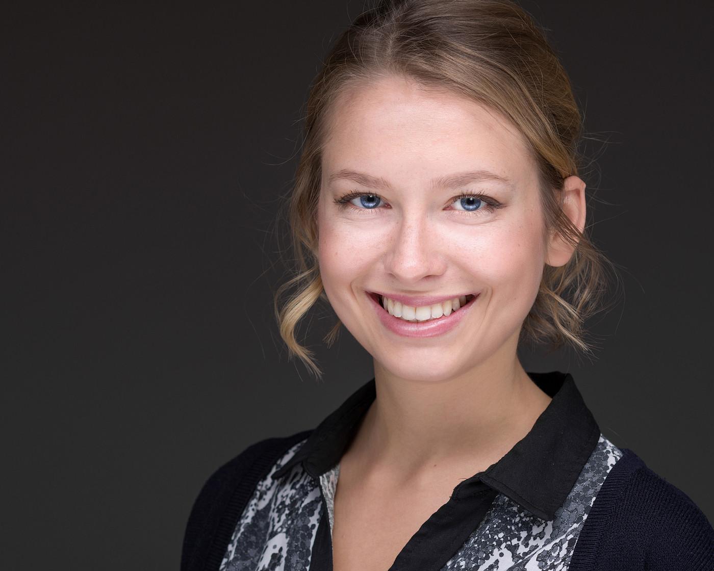 Was ist ein professionelles Bewerbungsfoto Headshot Portrait? Hier ein Bewerbungsbild Sedcardfoto einer Frau