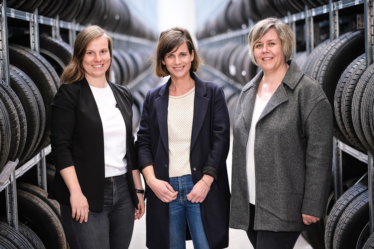 Die Reifenwechsler Business Portrait Employer Branding Gruppe Frauen Businessfoto