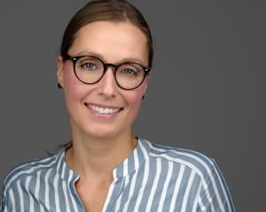 Was ist ein professionelles Bewerbungsfoto Headshot Portrait? Hier ein Bewerbungsbild Bewerbungsfoto Profilbild LinkedIn einer Frau, Experte für Bewerbungsfotos