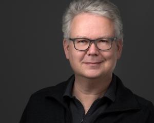 Was ist ein professionelles Bewerbungsfoto Headshot Portrait? Hier ein Bewerbungsbild Profilbild eines Mannes Bewerbungsfoto Beispielbild