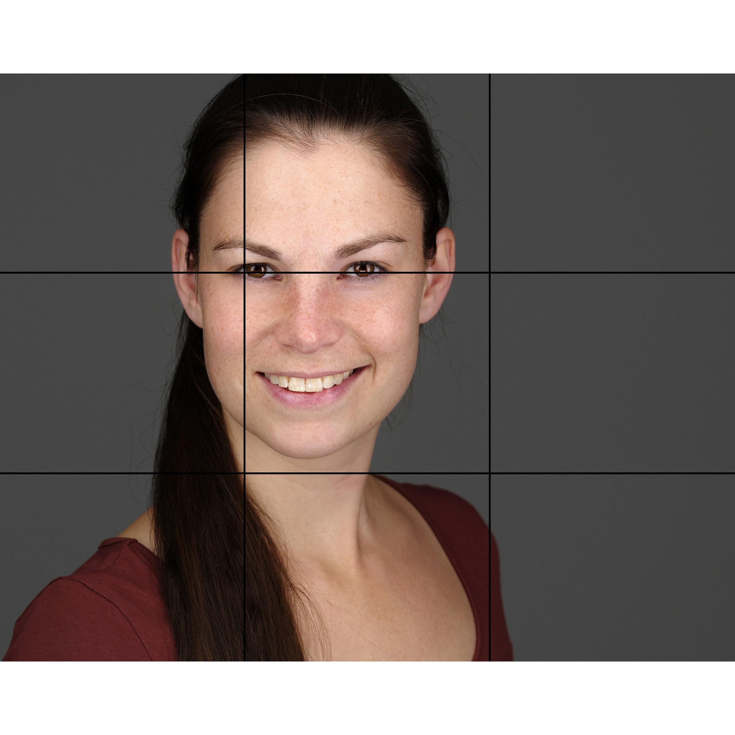 Ein hochwertiges Bewerbungsfoto Headshot Portraitfoto Frau Porträt Porträtfoto Businessfoto lächelnd vor grauem Hintergrund - KISS keep it simple