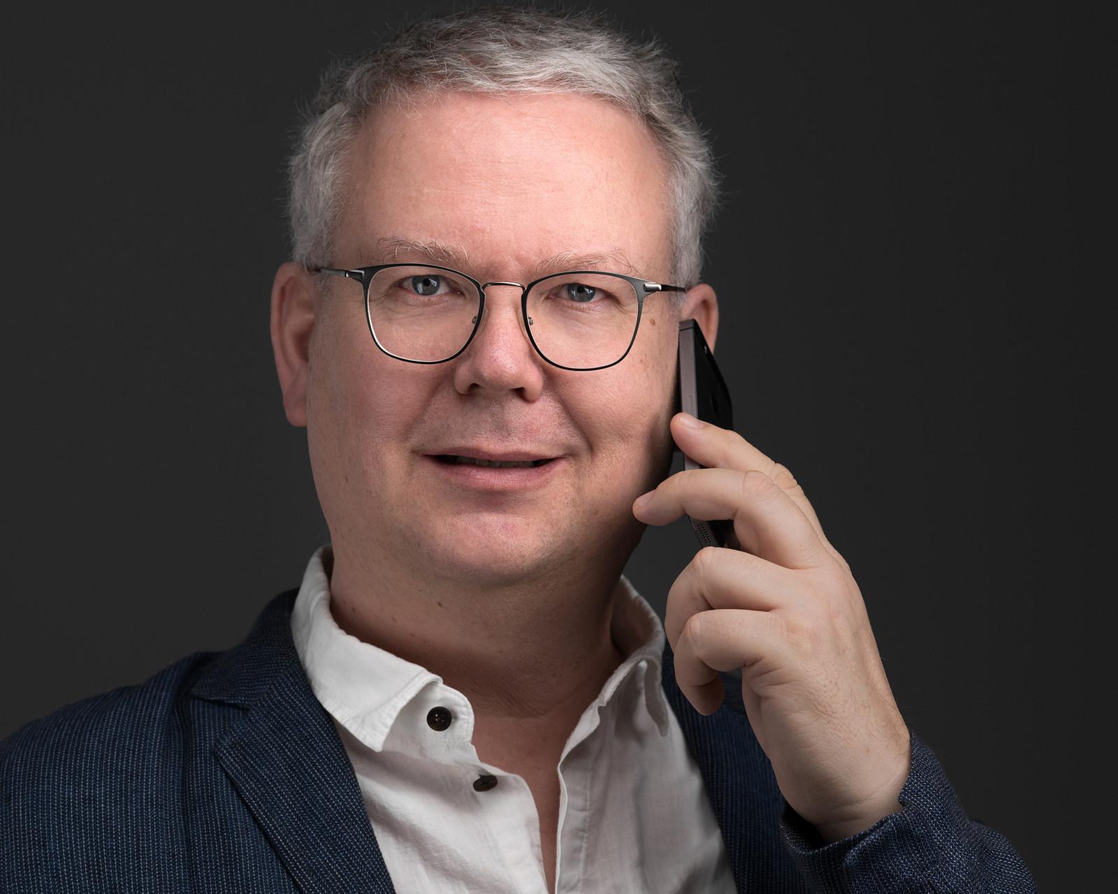Foto von Carsten Plückhahn Wohlfühlfotograf Mann am Telefon