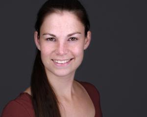 Premium-Bewerbungsfoto Headshot Portraitfoto Frau Porträt Porträtfoto Businessfoto lächelnd vor grauem Hintergrund Bewerbungsfoto Beispielbild