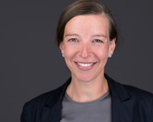 Ein hochwertiges Bewerbungsfoto Headshot Portraitfoto Frau Porträt Porträtfoto Businessfoto lächelnd vor grauem Hintergrund Bewerbungsfoto Beispielbild